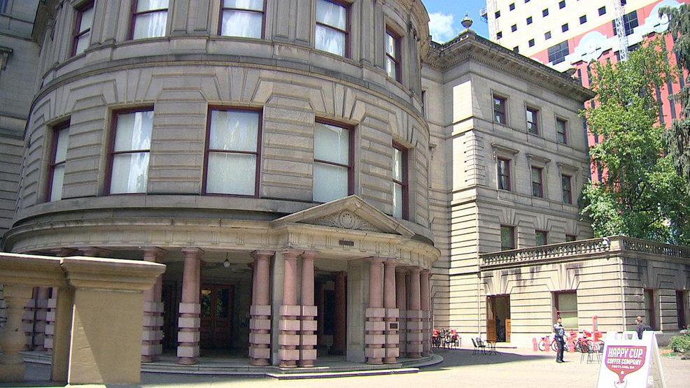 Police evacuate Portland City Hall while investigating suspicious package