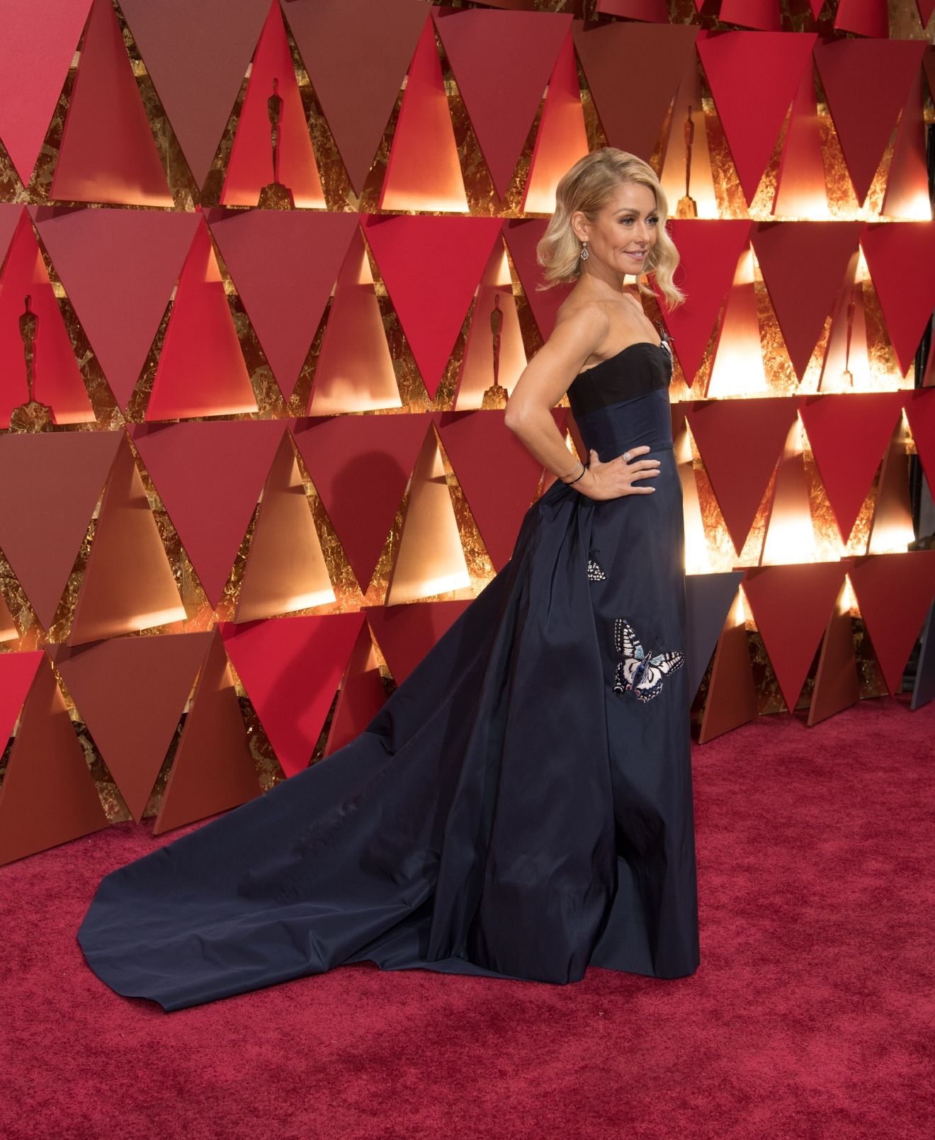 Kelly Ripa arrives on the red carpet of The 89th Oscars® at the Dolby® Theatre in Hollywood, CA on Sunday, February 26, 2017. (Michael Yada / ©A.M.P.A.S.)