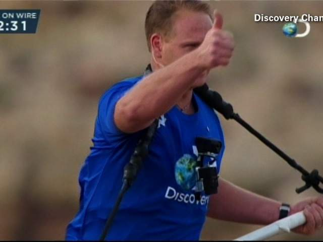 He knows he's gonna make it! Nik Wallenda gives the crowd and TV viewers the thumbs up.