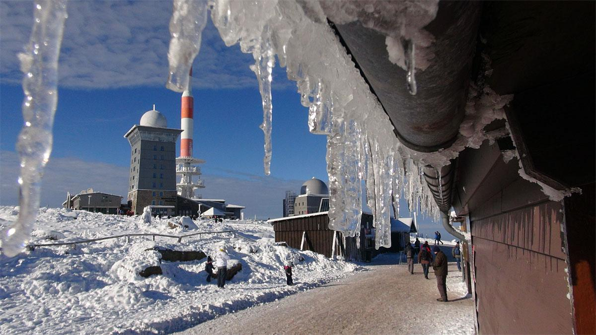 Icicles and snow cover a hut on  the, Brocken, the highest mountain in northern Germany, Sunday Nov. 13, 2016. Weather forecasts predict changeable weather and low temperatures for Germany.  ( Matthias Strauss/dpa via AP)