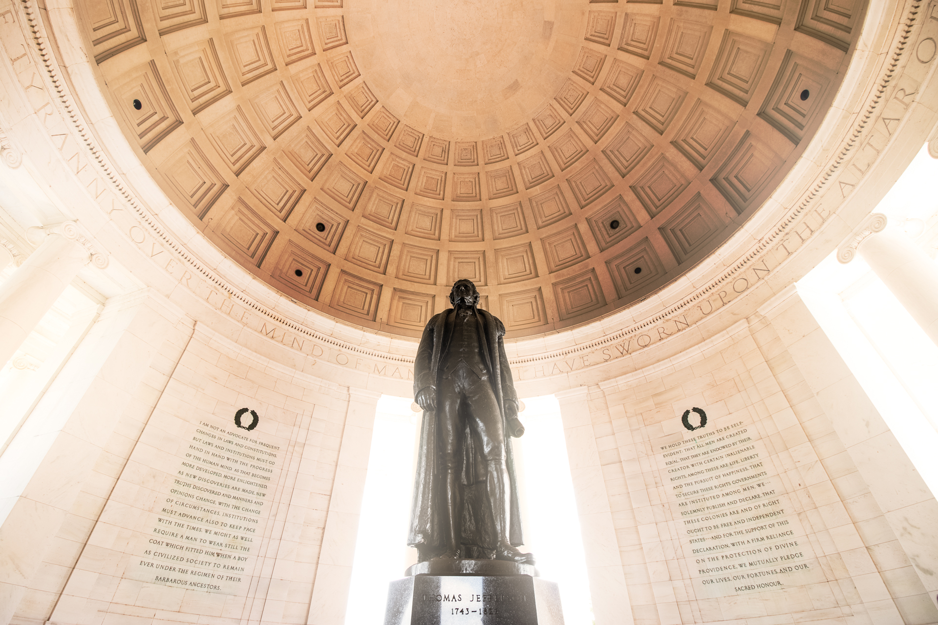 Midday Glow – Glowing sunlight enters the Jefferson Memorial (Image: Zack Lewkowicz)<p></p>