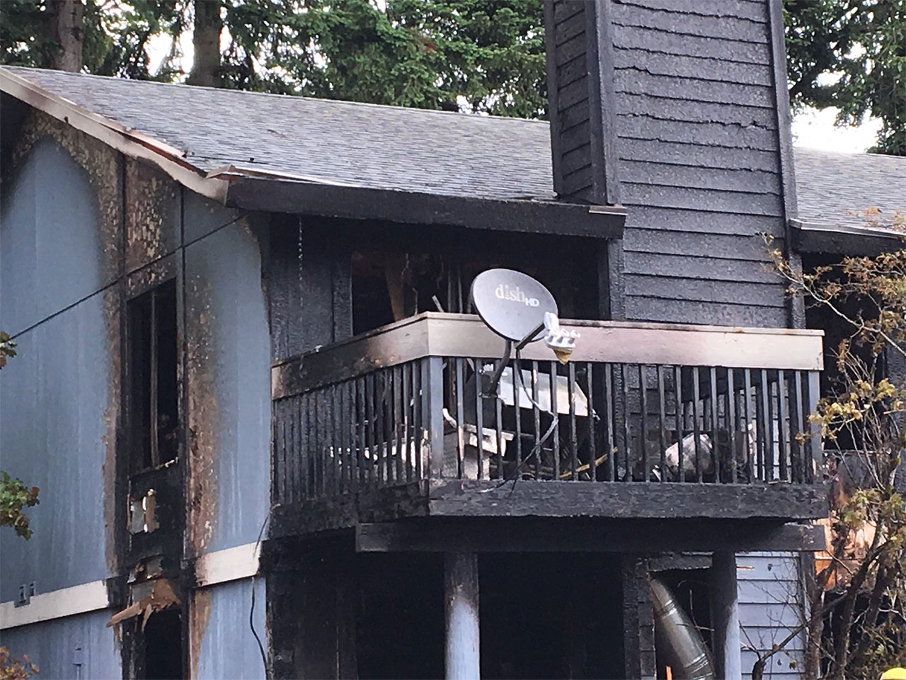 Crews bring the fire under control at a Federal Way apartment building. (KOMO News photo)