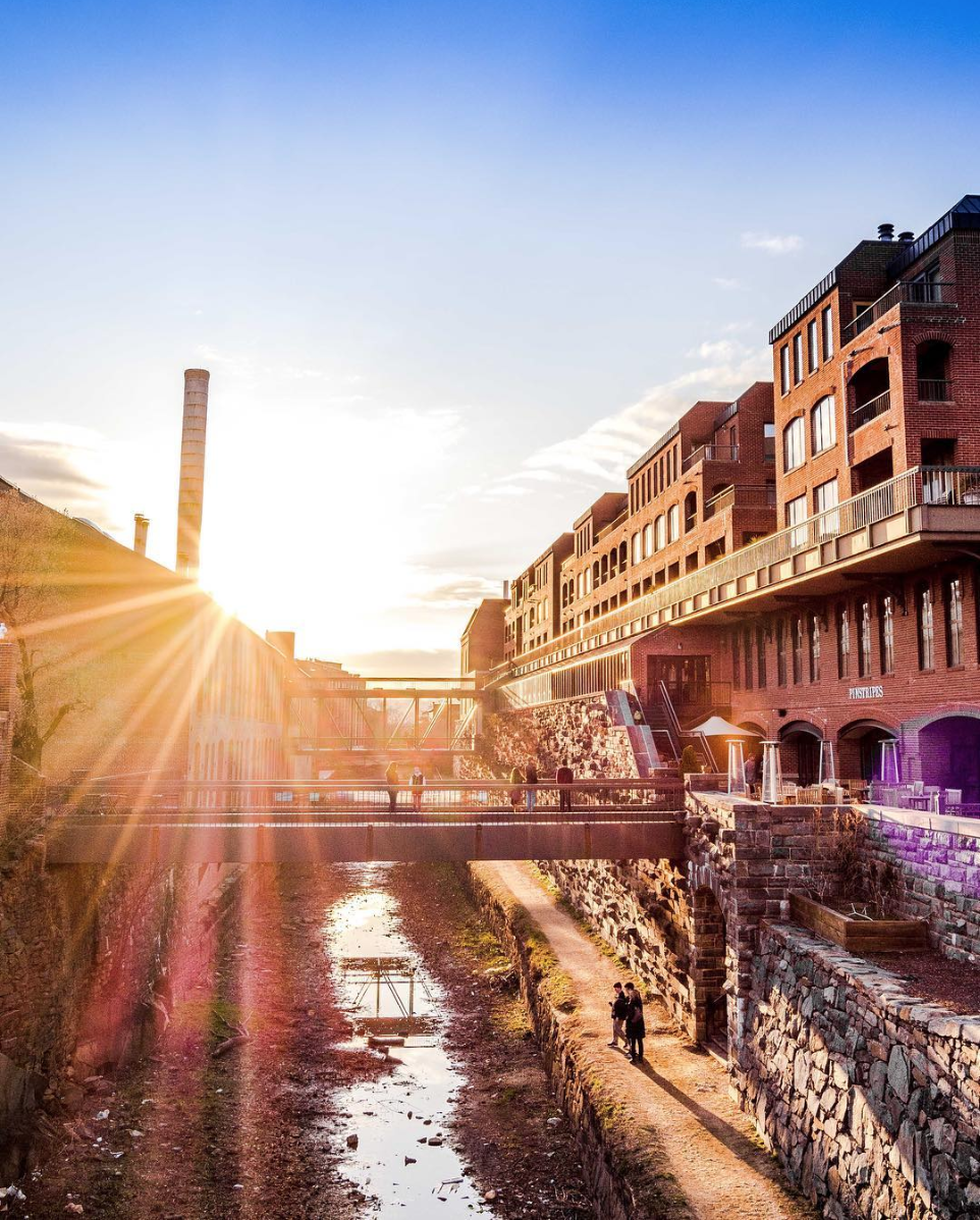 That sunburst over the Georgetown Canals is so pretty. (Image via @vagrantyouth)