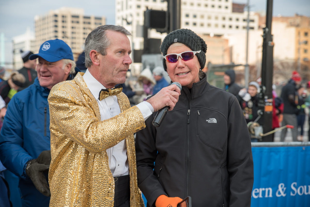 Mike Brown, Thanksgiving Day Race emcee, interviewing Cammy Dierking, Local 12 anchor / Image: Sherry Lachelle Photography // Published: 11.24.17<p></p>