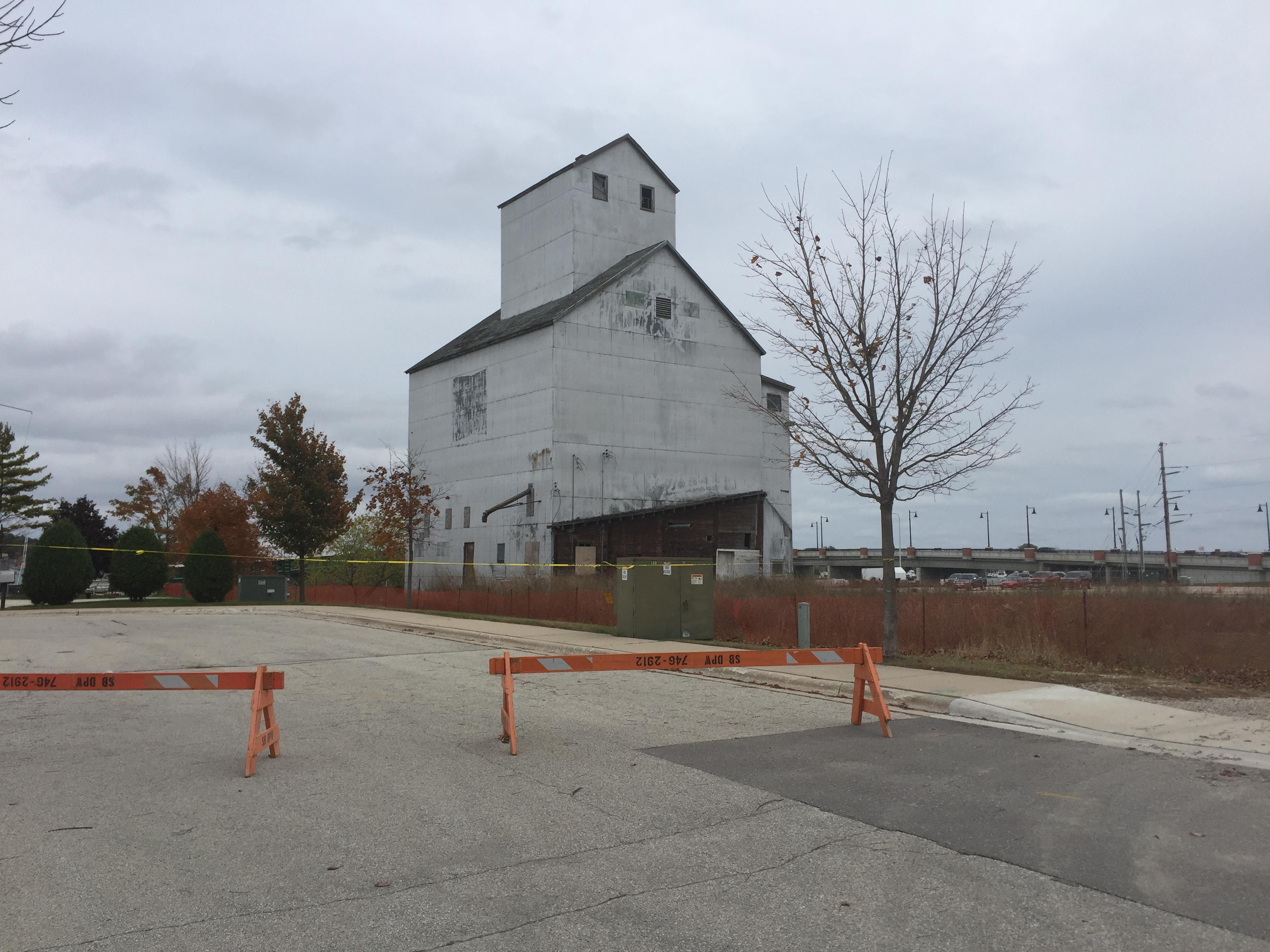 The Sturgeon Bay granary building, seen October 26, 2017. (WLUK/Ben Krumholz)<p></p>